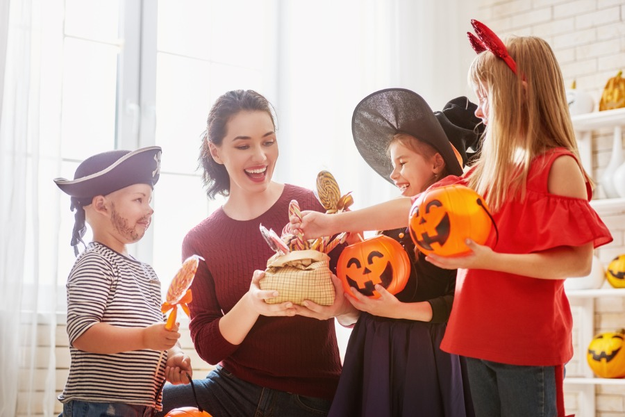 family-celebrating-halloween-picture